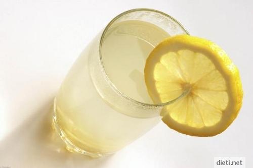 Топла вода с мед и лимон